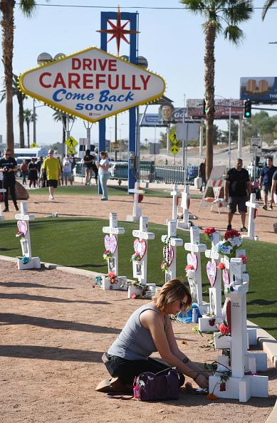 ラスベガス「Las Vegas Marks Anniversary Of 10/1 Mass Shooting That Killed 58」:写真・画像(17)[壁紙.com]