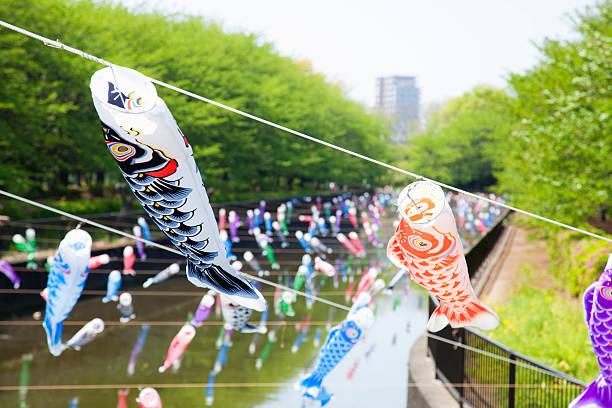 Koinobori flying in river:スマホ壁紙(壁紙.com)