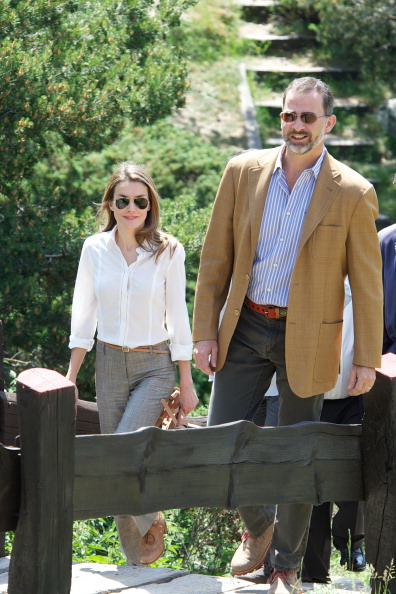 Focus On Foreground「Prince Felipe of Spain and Princess Letizia of Spain Visit Sierra de Guadarrama National Park」:写真・画像(19)[壁紙.com]