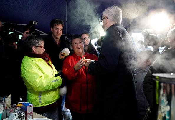 Christopher Furlong「Jeremy Corbyn Visits Flood Victims And Volunteers In Doncaster」:写真・画像(8)[壁紙.com]