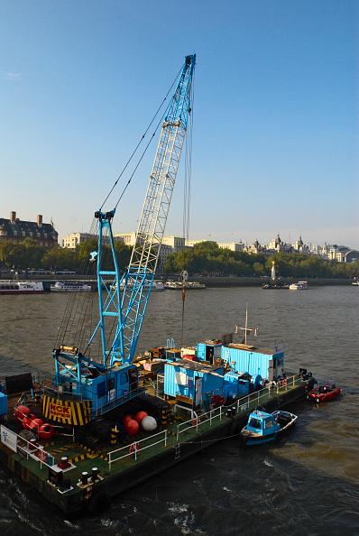 Finance and Economy「Crane barge on Thames river, London, UK」:写真・画像(4)[壁紙.com]