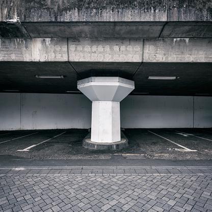 モノクロ「Concrete pillar supporting a railroad line」:スマホ壁紙(10)