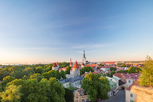UNESCO「Tallinn's Old Town with St Olaf's church's spire towering above it, Estonia」:スマホ壁紙(8)
