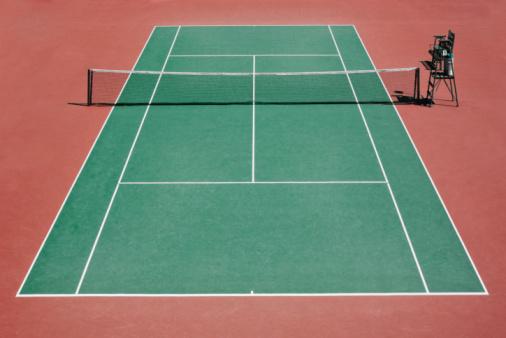 Sports Venue「Empty tennis court and umpire's chair.」:スマホ壁紙(5)