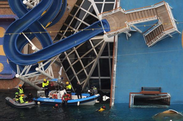Transportation Event「Search For Survivors Continues On Cruise Ship Costa Concordia」:写真・画像(13)[壁紙.com]