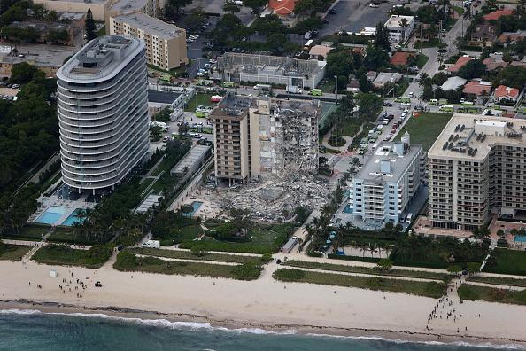 高層ビル「Residential Building In Miami Partially Collapsed」:写真・画像(16)[壁紙.com]