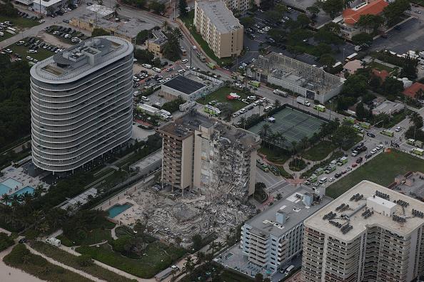 高層ビル「Residential Building In Miami Partially Collapsed」:写真・画像(14)[壁紙.com]