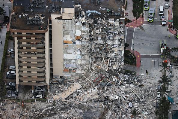 高層ビル「Residential Building In Miami Partially Collapsed」:写真・画像(2)[壁紙.com]