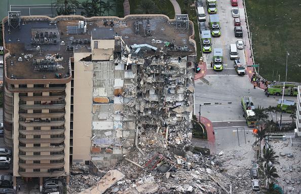 高層ビル「Residential Building In Miami Partially Collapsed」:写真・画像(10)[壁紙.com]