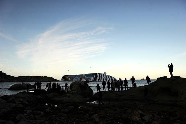 Passenger Craft「Search For Survivors Continues On Cruise Ship Costa Concordia」:写真・画像(16)[壁紙.com]