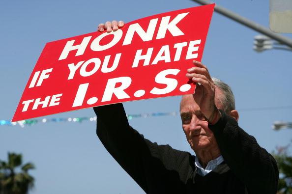Politics「Last Minute Tax Filers Rush To Send Out Returns」:写真・画像(7)[壁紙.com]