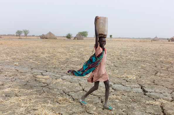 Carrying「Collecting Water In South Sudan」:写真・画像(3)[壁紙.com]