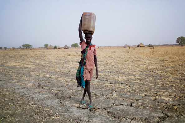 Carrying「Collecting Water In South Sudan」:写真・画像(8)[壁紙.com]