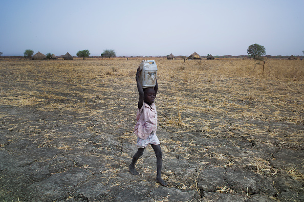 Carrying「Collecting Water In South Sudan」:写真・画像(13)[壁紙.com]