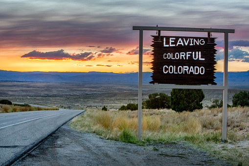 US State Border「Leaving Colorado Roadsign on a desolate interstate highway.」:スマホ壁紙(11)