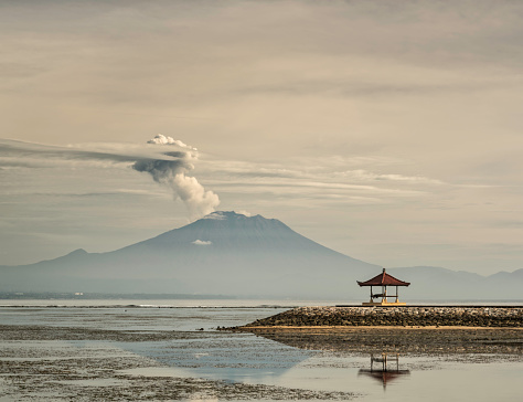 Mt Agung「Mount Agung during eruption, from Sanur beach, with Balinese pavillion」:スマホ壁紙(10)