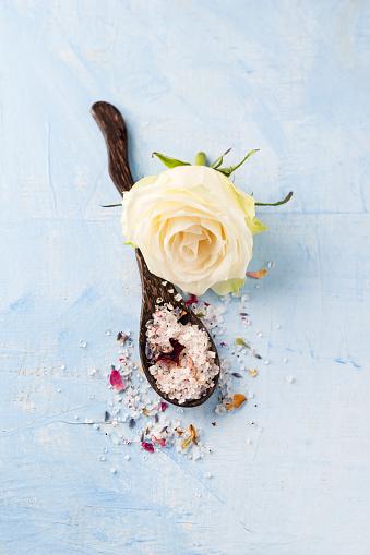 薔薇「White rose blossom and wooden spoon of rose lavender bath salt」:スマホ壁紙(6)