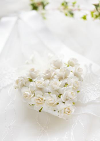 ハート「White rose ornament」:スマホ壁紙(3)