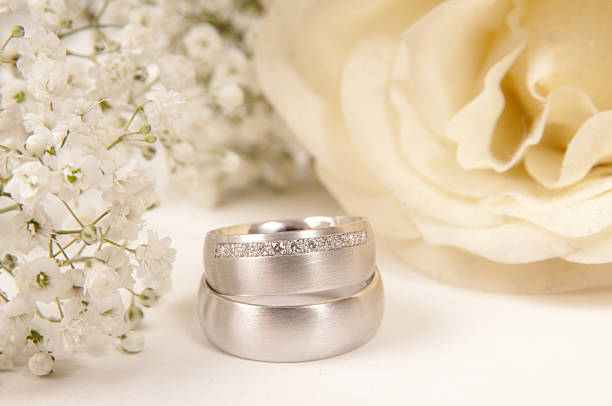 white rose, wedding ring and gypsophila:スマホ壁紙(壁紙.com)