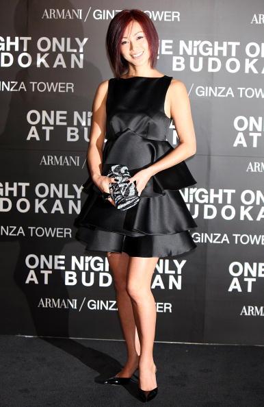 ふんわりとした黒いドレスを着る酒井法子