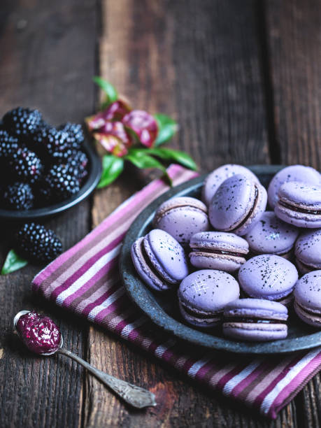 Blackberry macarons on a rustic wooden table.:スマホ壁紙(壁紙.com)