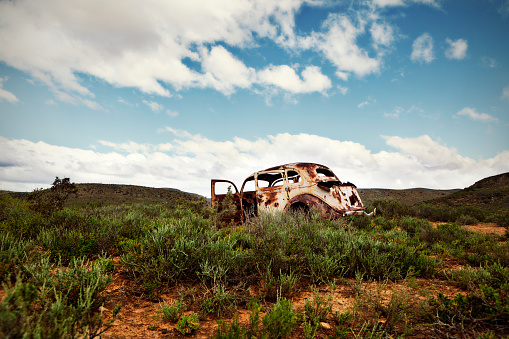 Ugliness「Ancient, rusted car body abandoned in remote countryside」:スマホ壁紙(9)