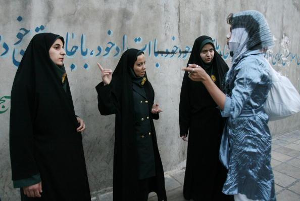 Iranian Culture「Police Enforce Women?s Islamic Dress Code」:写真・画像(9)[壁紙.com]