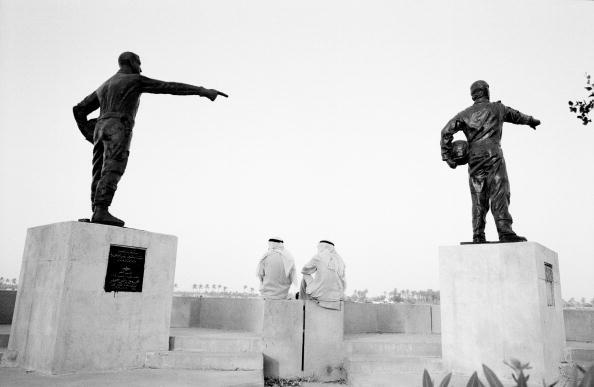 Pointing「Two men sitting besides statues, rear view  (B&W)」:写真・画像(16)[壁紙.com]