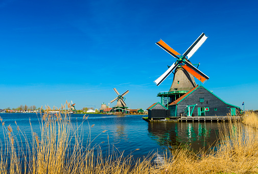 Amsterdam「Windmills on the riverbank, Zaans Schans, North of Amsterdam, Holland」:スマホ壁紙(3)