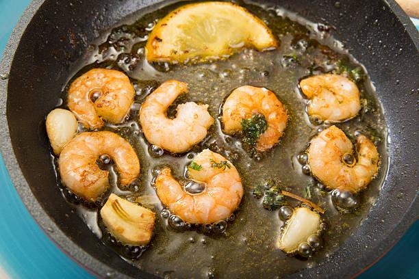 Fried shrimps in a pan:スマホ壁紙(壁紙.com)