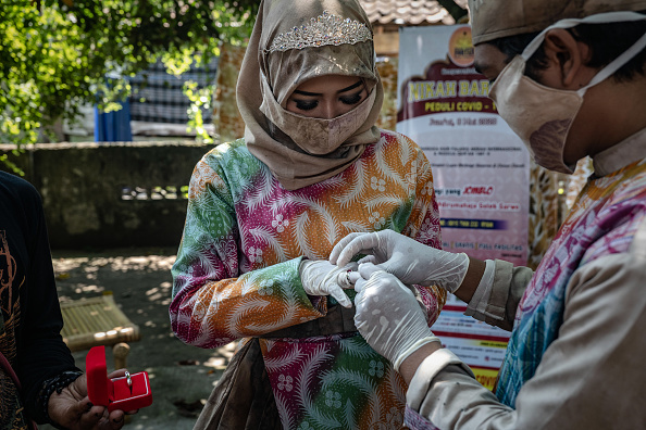 Bride「Indonesians Gather For A Mass Weddings Amid The Coronavirus Pandemic」:写真・画像(7)[壁紙.com]