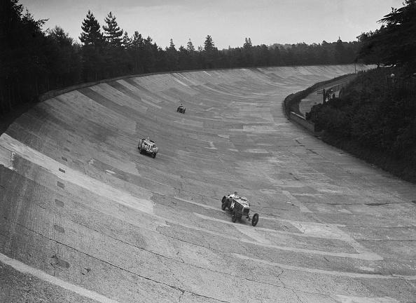 Motor Racing Track「Frazer-Nash and Frazer-Nash BMW racing on the banking at Brooklands, 1938 or 1939」:写真・画像(8)[壁紙.com]