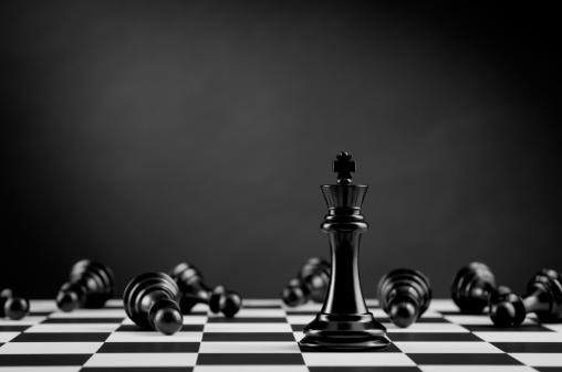 チェス「ブラックのチェスキングベッドの横に楽しむチェスボード」:スマホ壁紙(15)