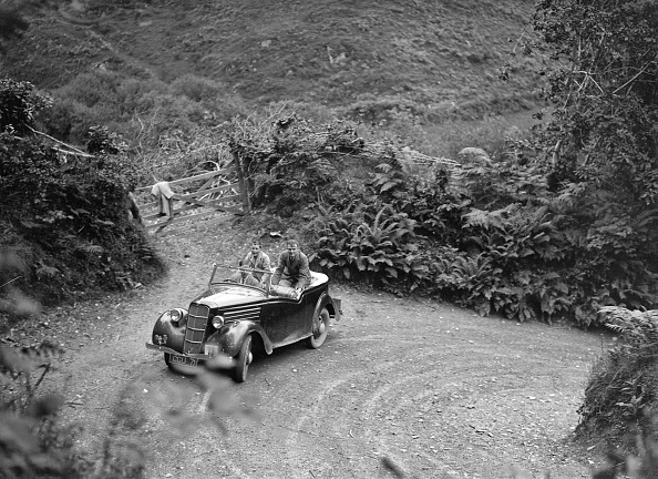 Hairpin Curve「1935 Ford Ten tourer taking part in a motoring trial, late 1930s」:写真・画像(1)[壁紙.com]