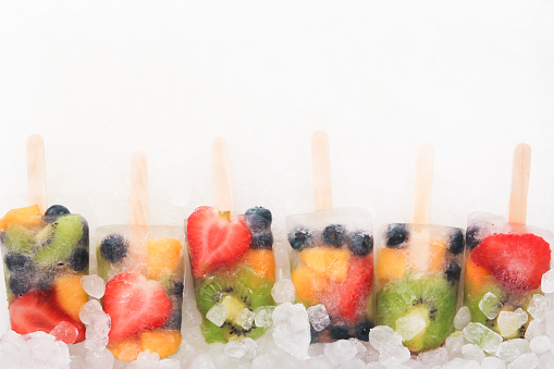 アイスクリーム「Row of six fruit ice lollies with fresh fruits on white ground」:スマホ壁紙(17)