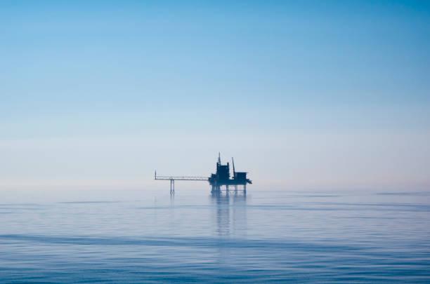 North Sea drilling platform in early morning light:スマホ壁紙(壁紙.com)