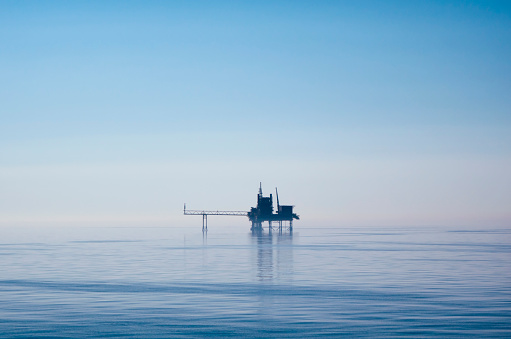 Water Surface「North Sea drilling platform in early morning light」:スマホ壁紙(5)