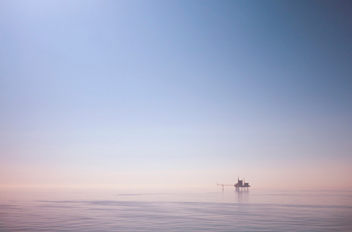 Rippled「North Sea drilling platform and calm sea」:スマホ壁紙(3)