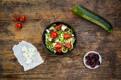 Cherry Tomato「Bowl of zucchini spaghetti with feta, cherry tomatoes and black olives on wood」:スマホ壁紙(7)