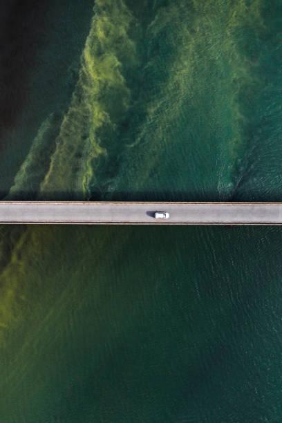 Bridge over unusual water patterns, Iceland:スマホ壁紙(壁紙.com)