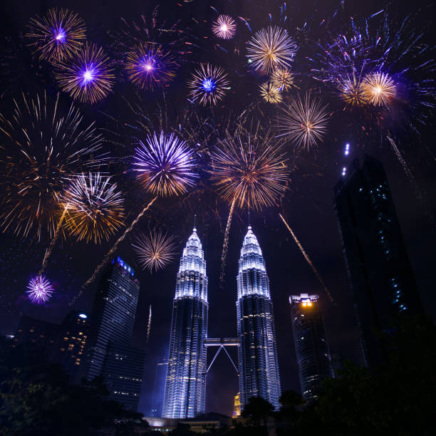 Kuala lumpur skyline with Fireworks celebration New year day:スマホ壁紙(壁紙.com)