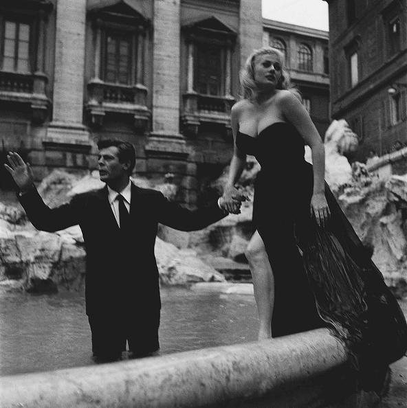 映画界「Film set of 'La Dolce Vita' at Trevi Fountain with actor Marcello Mastroianni and actress Anita Ekberg, Rome 1959」:写真・画像(18)[壁紙.com]