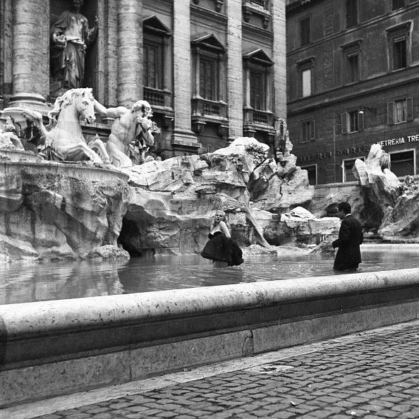 Fountain「Film set of 'La Dolce Vita' at Trevi Fountain while the actor Marcello Mastroianni and the actress Anita Ekberg take a bath in the fountain, Rome 1959」:写真・画像(4)[壁紙.com]