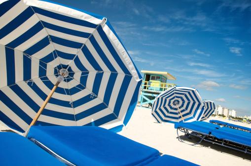 Miami Beach「サマーブルーホワイトのストライプがビーチパラソルやラウンジチェア」:スマホ壁紙(7)