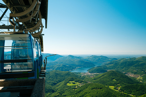 Aerial tramway「Mountain cable cars above alpine lake」:スマホ壁紙(3)