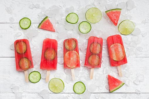 メロン「Homemade watermelon cucumber ice lollies on white ground」:スマホ壁紙(7)