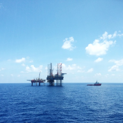 Oil Industry「Oil and gas platform with offshore vessel transporting cargo」:スマホ壁紙(2)