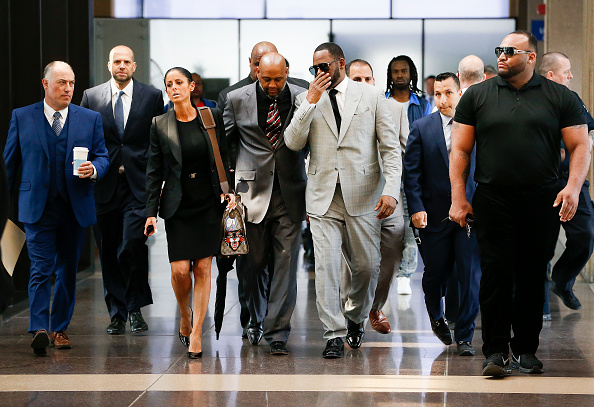 Kelly public「R. Kelly Appears In Court After Prosecutors Add Additional Felony Charges」:写真・画像(17)[壁紙.com]