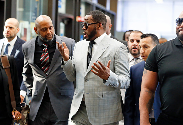 Kelly public「R. Kelly Appears In Court After Prosecutors Add Additional Felony Charges」:写真・画像(11)[壁紙.com]
