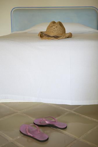 Flip-Flop「Hat on bed and flip-flops on floor」:スマホ壁紙(6)